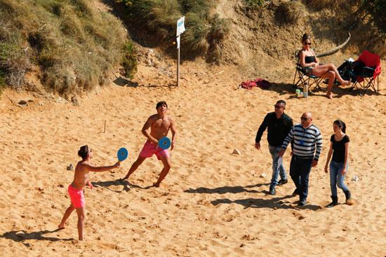 الاستمتاع-بلعب-الكرة-فى-جزيرة-مالطا
