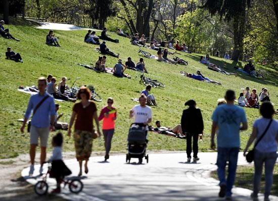 يستمتع-الناس-بالطقس-المشمس-في-فولكس-بارك-فريدريششين-في-برلين--(2)