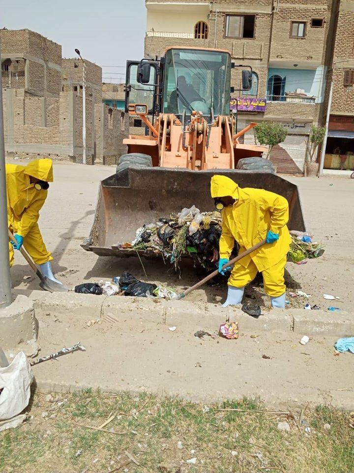رجال النظافة خلال رفع المخلفات الصلبة بالبياضية