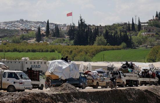 عشرات السيارات تحمل سوريون بمنقولاتهم
