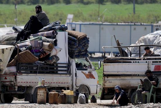 عائلة سورية على ظهر السيارة