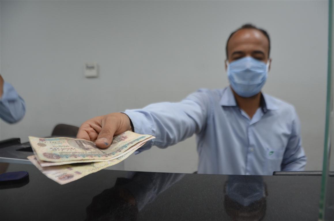 تقديم الأموال منحة المواطنين من الدولة