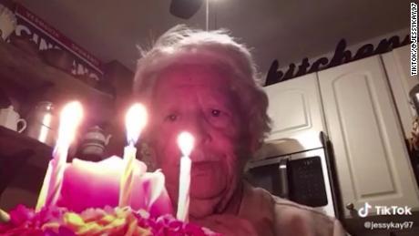 جدة-تحتفل-وحيدة-بعيد-ميلادها-الـ88..-وتحصد-3-مليون-مشاهدة