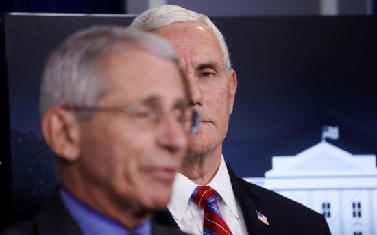 نائب الرئيس الأمريكى ينظر للدكتور أنتونى فوسى