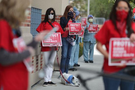 يحتج الممرضون المسجلون والعاملون في مجال الرعاية الصحية على معدات الوقاية الشخصية بجامعة كاليفورنيا