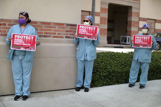 أثناء احتجاجهم على معدات الحماية الشخصية في المركز الطبي بجامعة كاليفورنيا في لوس أنجلوس