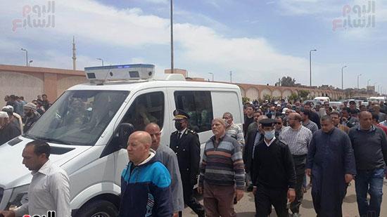 1-الأهالى-والشرطة-فى-جنازة-الشهيد-محمد-الحوفى