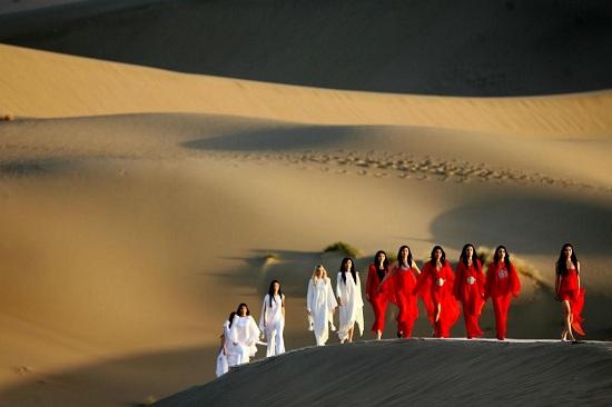 بيير كاردين يبدع في عرض أزياء تصميم الأزياء الراقية في صحراء جوبي