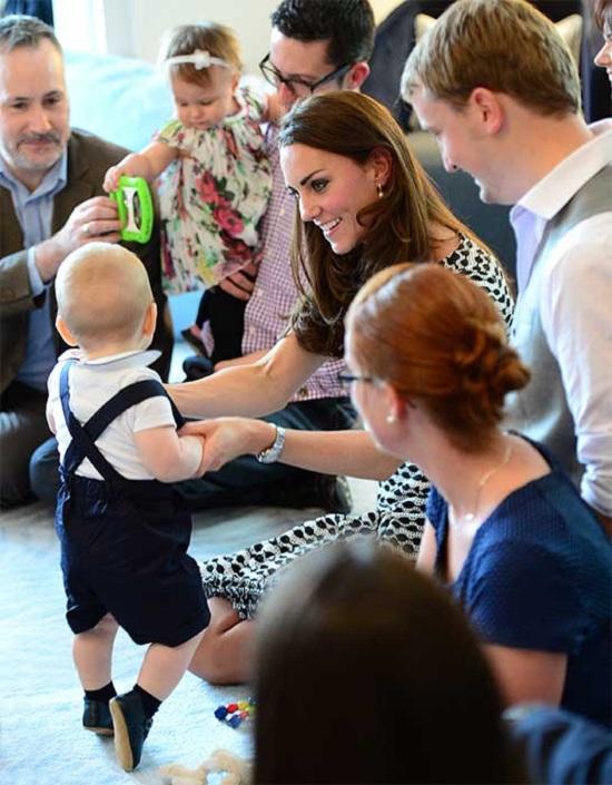 الدوقة  بعد وضعها طفلها الأول الأمير جورج