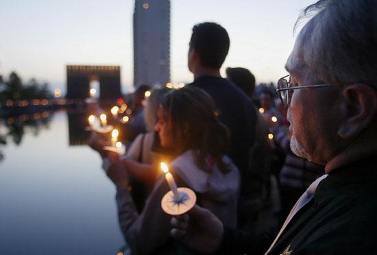 رجل يحمل شمعة أثناء صلاة بالذكرى العاشرة لتفجير أوكلاهوما سيتي ، في ذكرى أوكلاهوما سيتي التذكارية ، 17 أبريل 2005