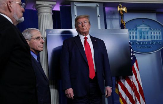 ترامب ينظر لمعاونيه خلال المؤتمر اليومى للبيت الأبيض