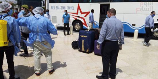 وصول المصرين العائدين من كندا لفندق الحجر الصحى (2)