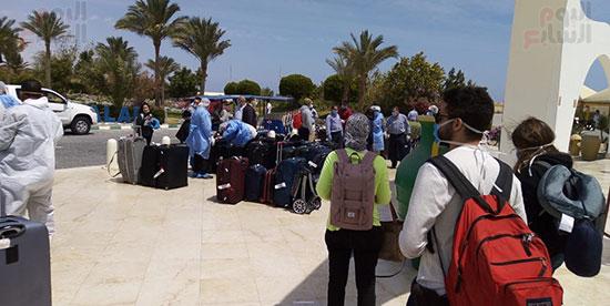 وصول المصرين العائدين من كندا لفندق الحجر الصحى (4)