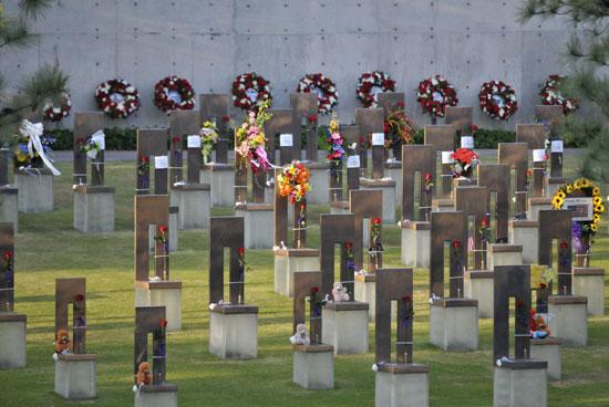 نصب  الكراسي صورة التقطت خلال احياء الذكرى الـ 20 للتفجير الإرهابى