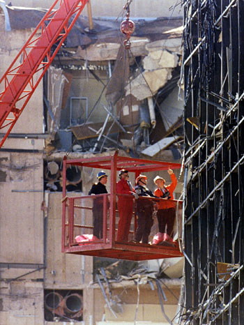 عمال يفحصون المبنى الفيدرالي بعد التفجير وسط مدينة أوكلاهوما سيتي 20 أبريل 1995.