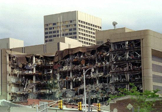 الجانب الشمالي من آثار التفجير تظهر جلية على المبنى الفيدرالي في وسط مدينة أوكلاهوما