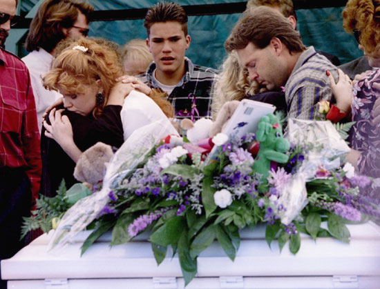 أسرة تودع جثامين أبنائها من ضحايا الحادث عام 1995