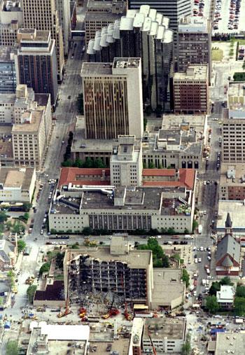 منظر جوي لمدينة أوكلاهوما سيتي يظهر مبنى ألفريد بي مورا الاتحادي بالولايات المتحدة 27 أبريل 1995
