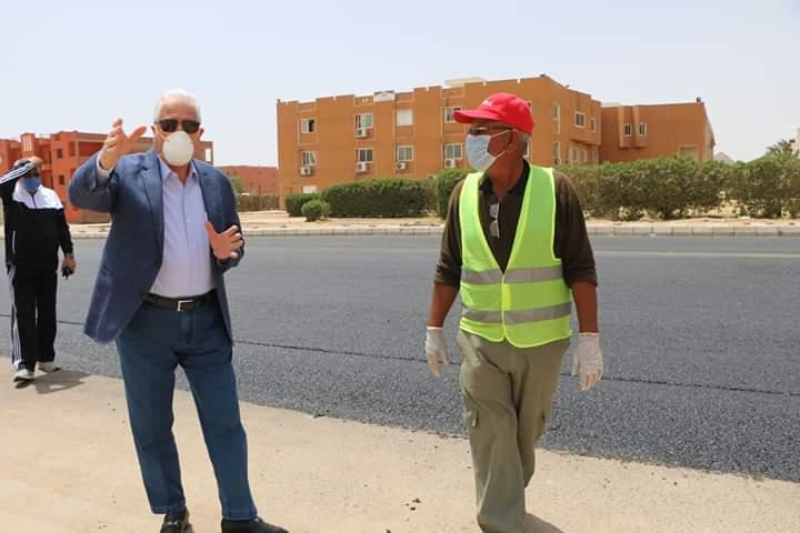 استكمال أعمال الرصف بمنطقة حى النور فى شرم الشيخ  (1)