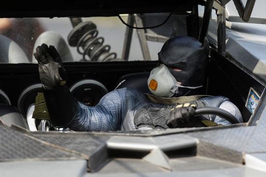 باتمان يحضر إلى شوارع المكسيك بسيارته الخاصة مرتديا كمامة