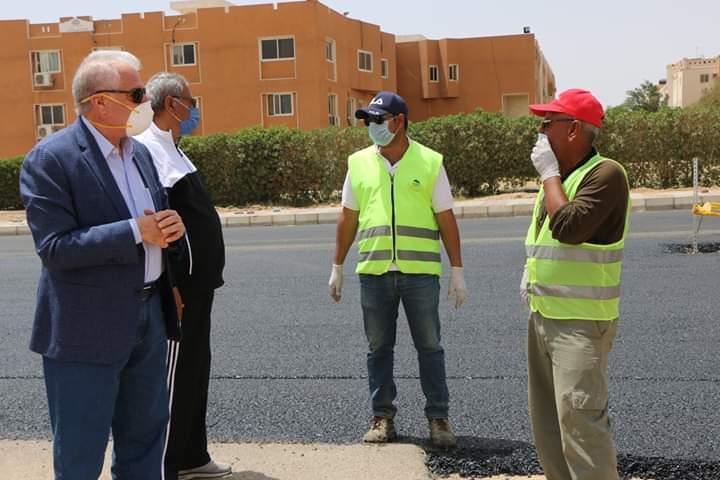 استكمال أعمال الرصف بمنطقة حى النور فى شرم الشيخ  (2)