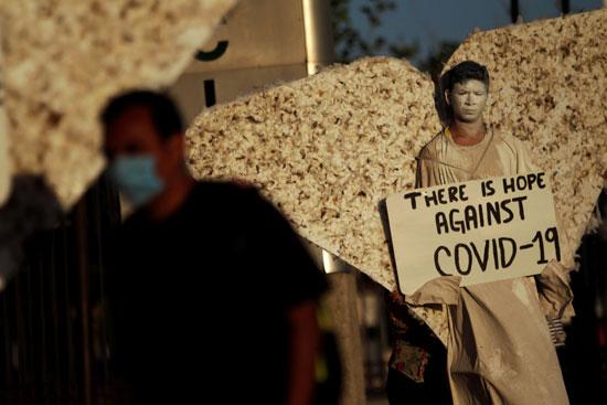 رجل يرتدى زى ملاك بشوارع المكسيك