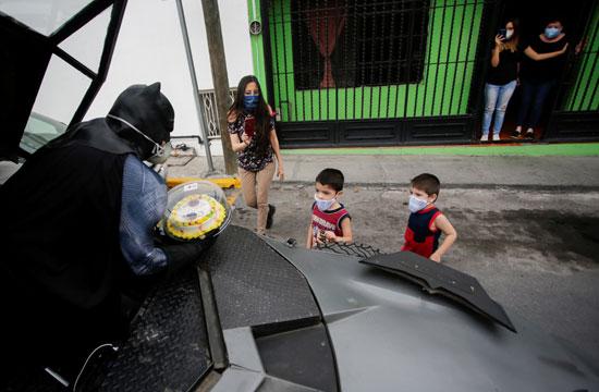 رجل يرتدى زى باتمان فى شوارع المكسيك