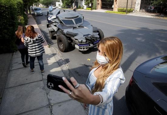 فتاة تلتقط سيلفى مع سيارة باتمان