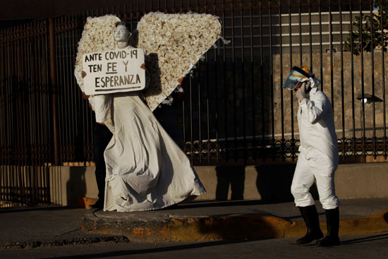 رجل على هيئة ملاك بشوارع المكسيك