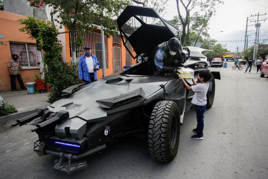 طفل يتلقى هدية من باتمان