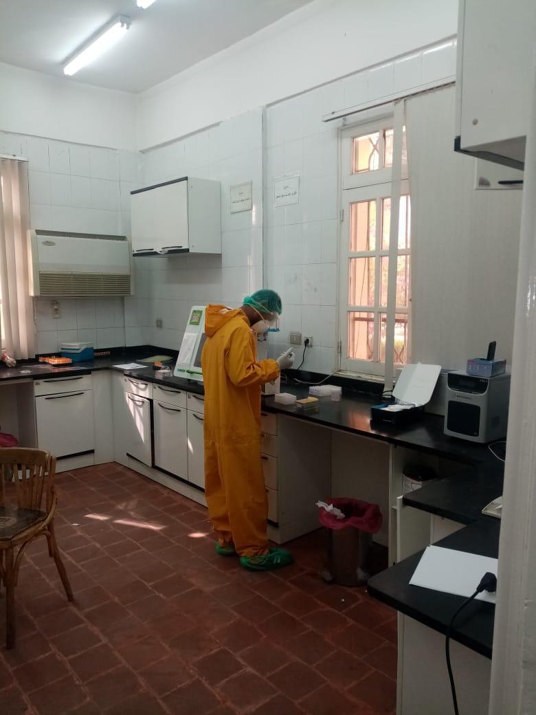 تحليل عينات الحالات المشتبه بها بمستشفى الحميات