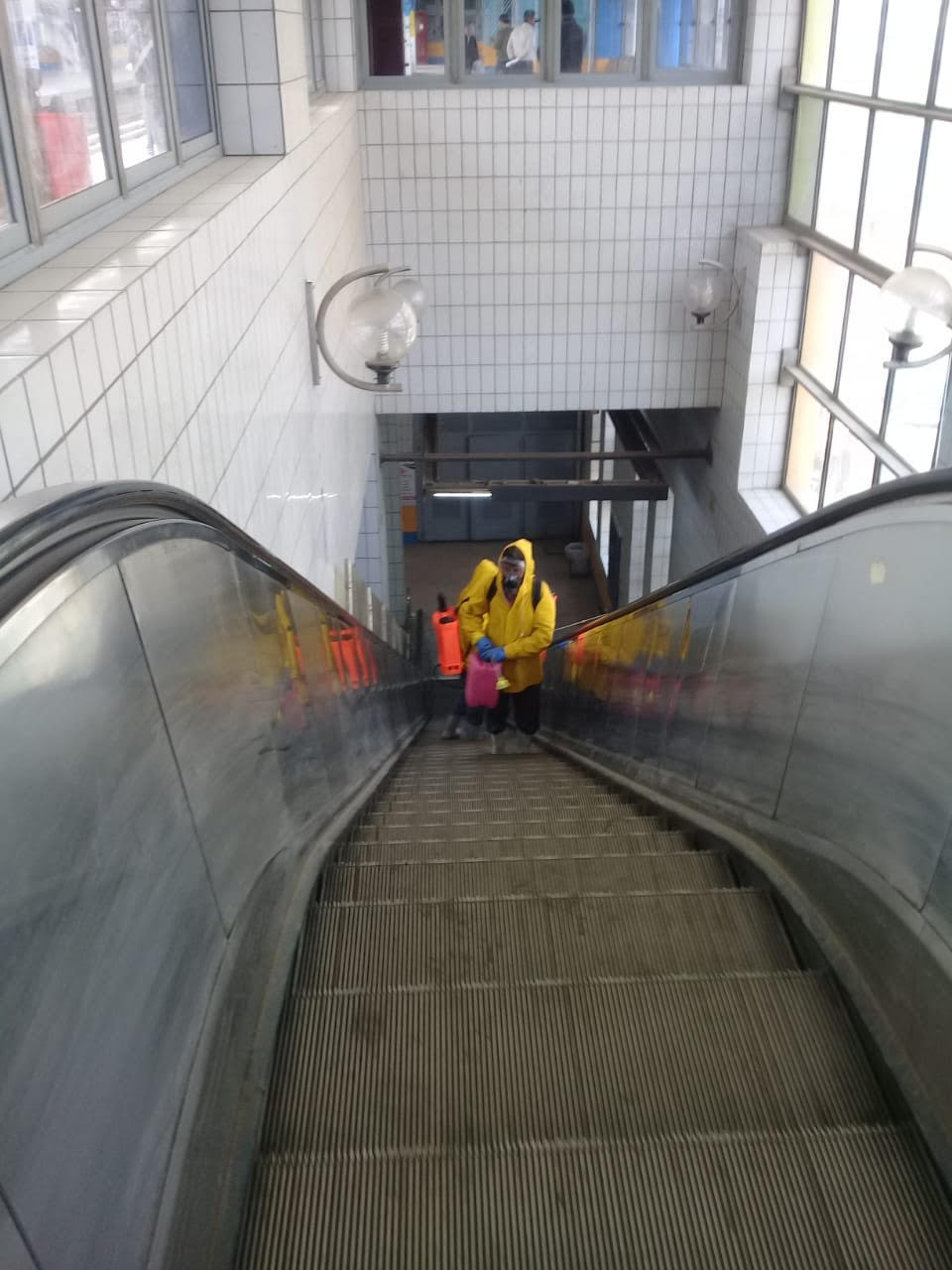 المترو يواصل أعمال تعقيم وتطهير القطارات والمحطات ضد كورونا (6)