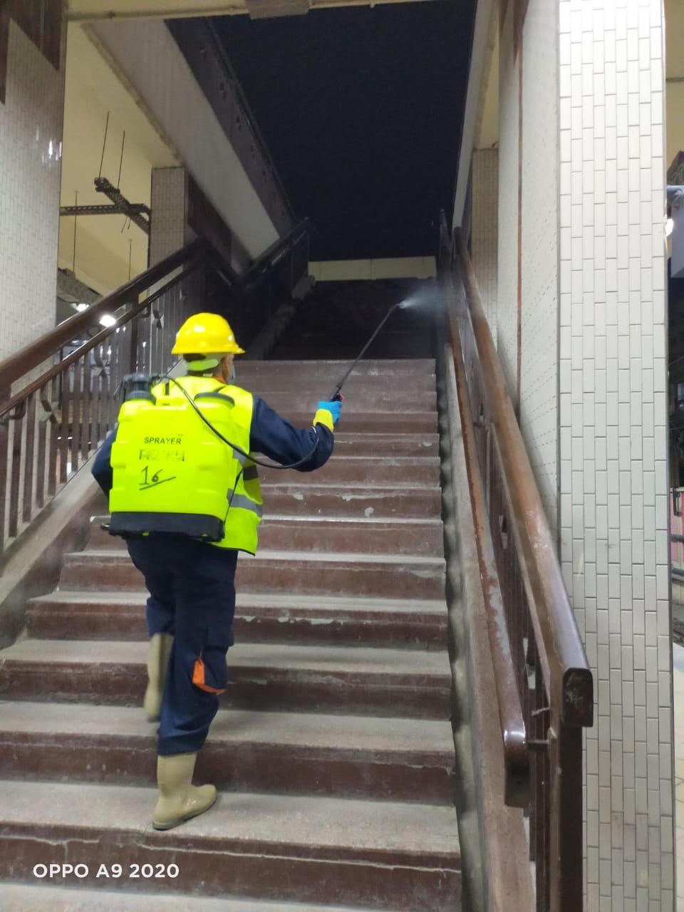 المترو يواصل أعمال تعقيم وتطهير القطارات والمحطات ضد كورونا (17)