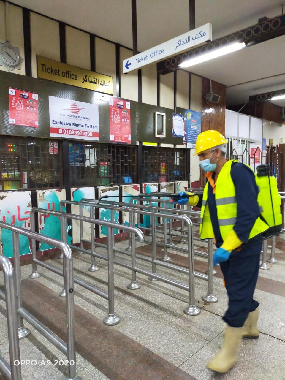 المترو يواصل أعمال تعقيم وتطهير القطارات والمحطات ضد كورونا (15)