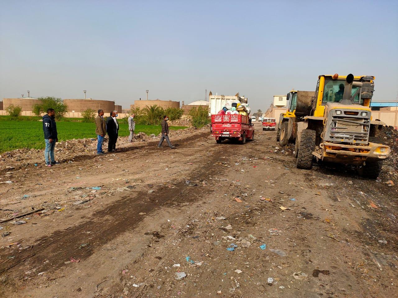التنمية المحلية تزيل 400 طن قمامة ومخلفات بالخصوص (1)