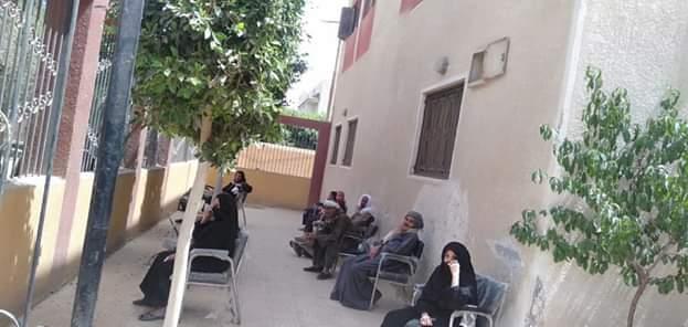 صرف المعاشات من مراكز الشباب بالمنيا (1)