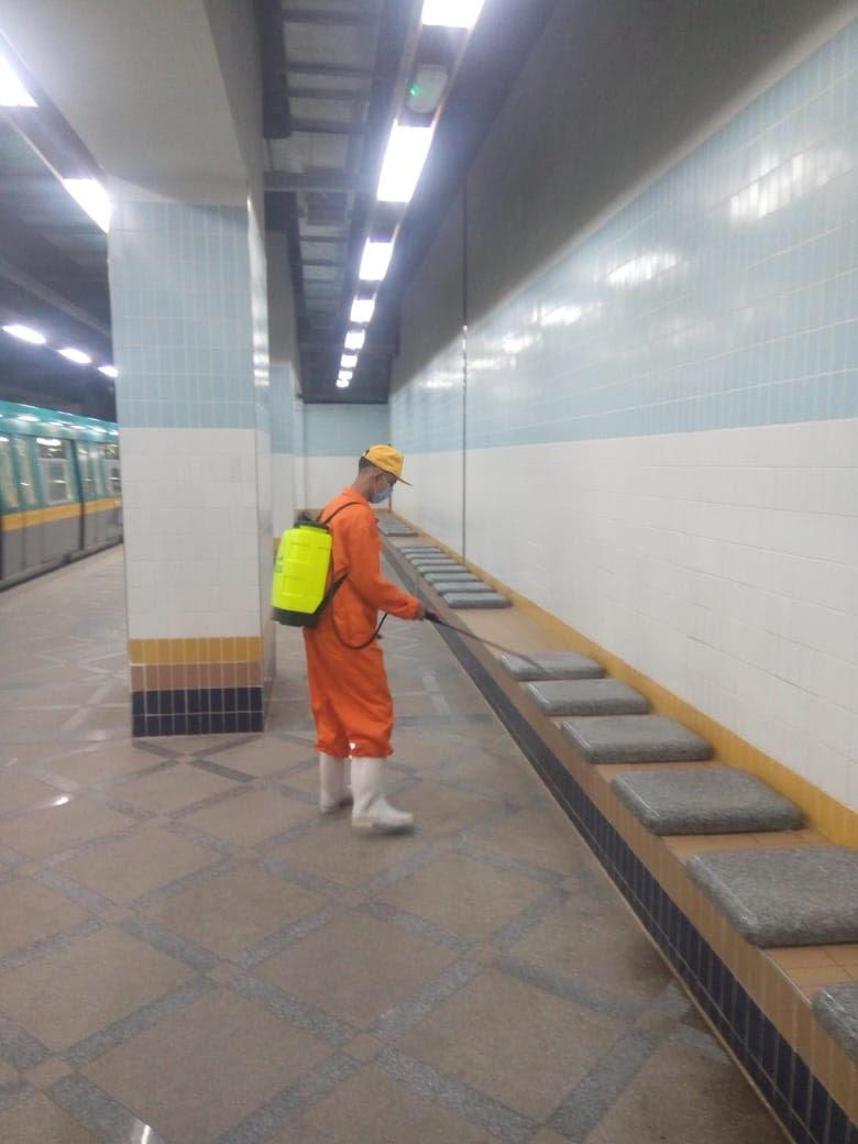 المترو يواصل أعمال تعقيم وتطهير القطارات والمحطات ضد كورونا (8)