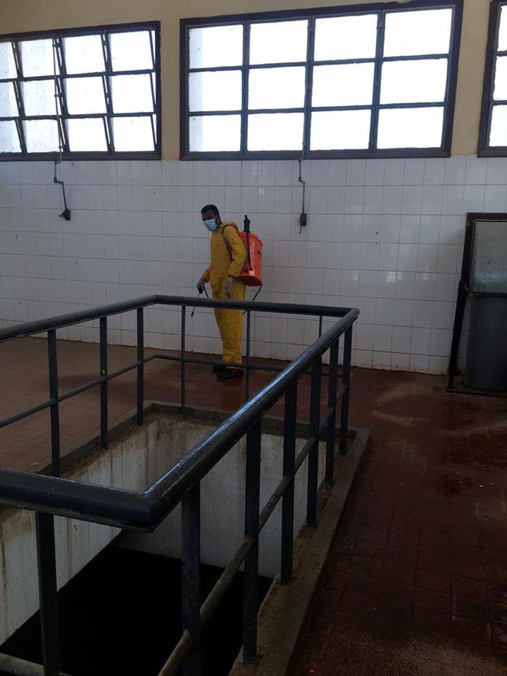 جانب من عمليات التعقيم لمحطات الصرف لخدمة مستشفى الحجر