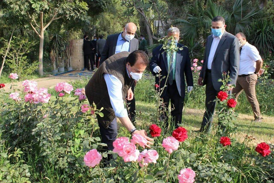 وزير التعليم العالى ورئيس جامعة بنها يتفقدان المزارع الإنتاجية بمشتهر (4)
