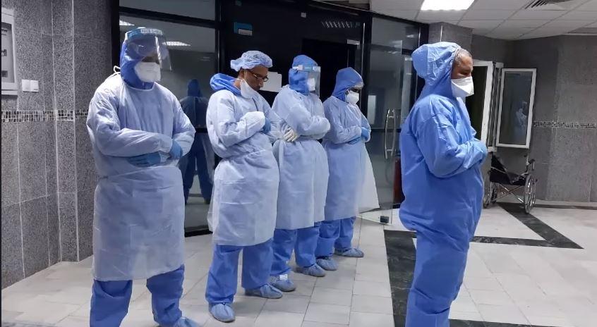أطباء جزائريون يؤدون الصلاة في الحجر الصحى بالملابس الواقية  (1)