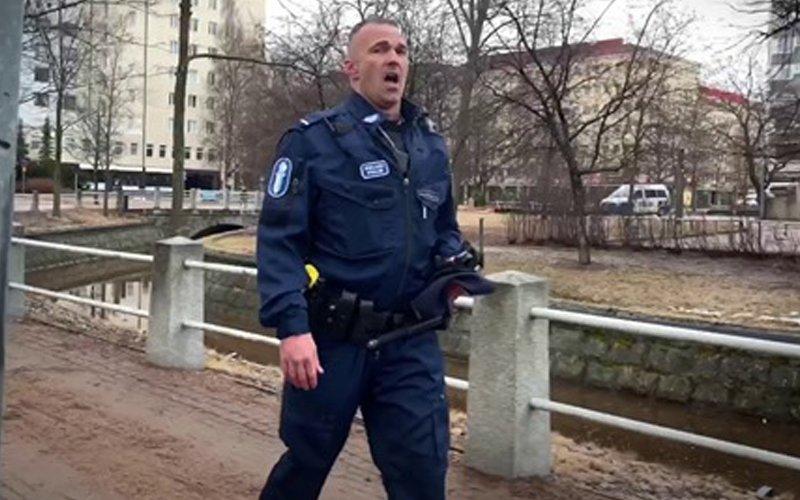 الضابط الفنلندي يغنى الاوبرا