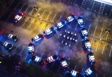 سيارات شرطة أمريكية تصطف على هيئة قلب أمام مستشفى (2)