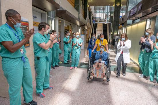 طاقم طبى فى ولاية لويزيانا بأمريكا يحتفلون بشفاء مصابة بكورونا