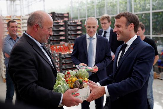 الرئيس الفرنسى يتلقى هدية من المزارعين