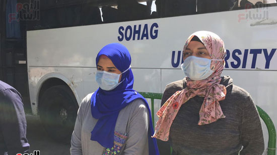 العائدين من مستشفى العزل بإسنا (18)