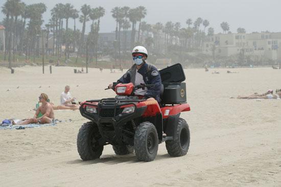 رجل يقود دراجة على الشاطىء