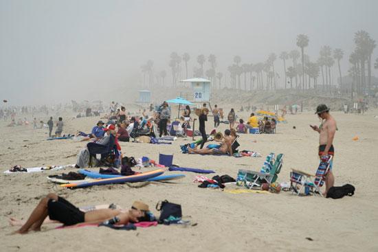 اصطفاف الجمهور على الشاطىء