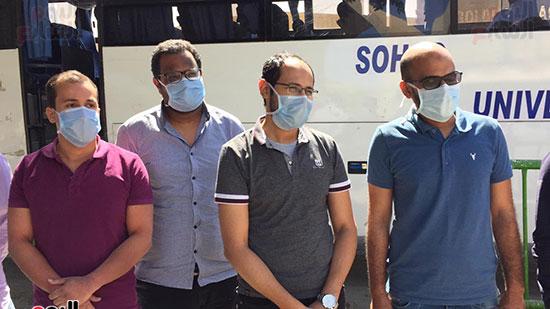 العائدين من مستشفى العزل بإسنا (13)