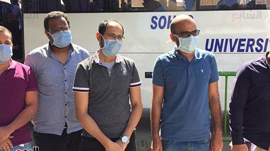 العائدين من مستشفى العزل بإسنا (15)