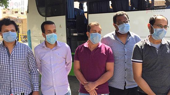 العائدين من مستشفى العزل بإسنا (10)
